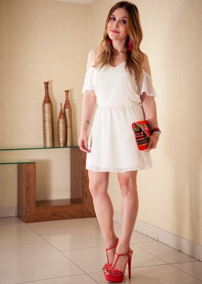 Sandália vermelha faz toda a diferença, neste look (Foto: Divulgação)