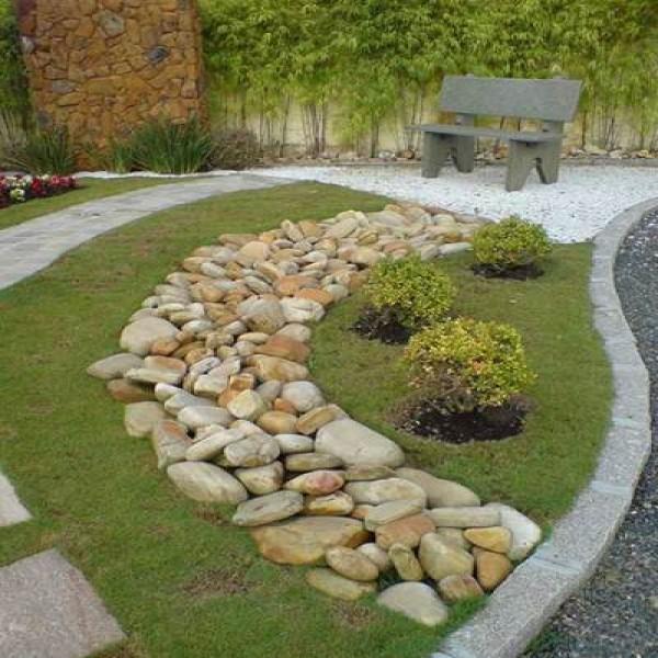Como decorar jardins com pedras mundodastribos todas for Jardines redondos pequenos