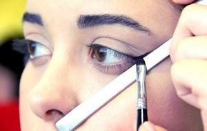 Maquiagem com a ajuda da colher passo a passo