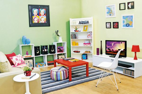 decoracao barata para ambientes pequenos : decoracao barata para ambientes pequenos: tapetes, puffs e novas cores na mesinha de centro (Foto: Divulgação
