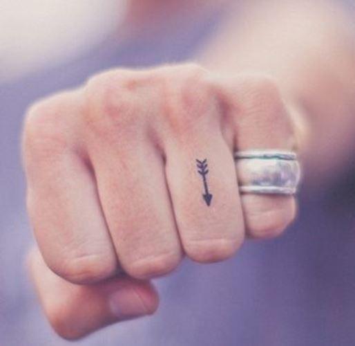 Tatuagem Feminina no Dedo com aliança