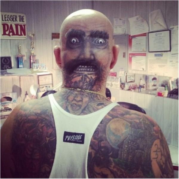 Tatuagem na cabeça, simulando um rosto deformado, pode impressionar bastante gente (Foto Ilustrativa)