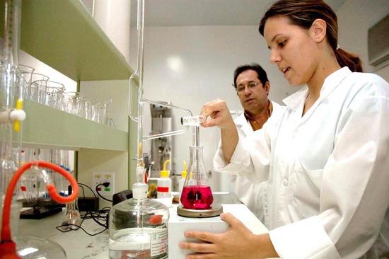 Curso técnico em Química Gratuito no ETEC 2013 é uma opção.